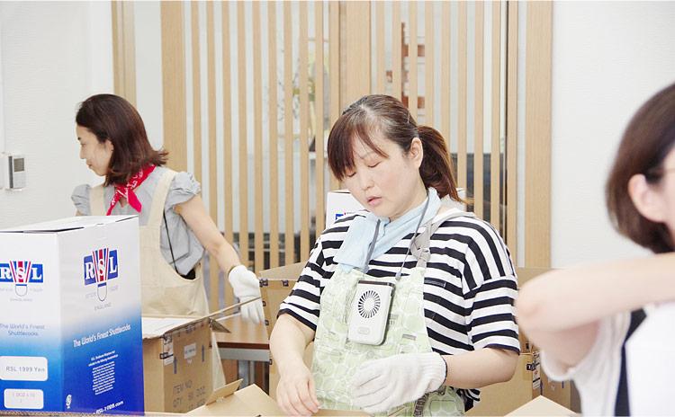 疲労困憊の女性スタッフ